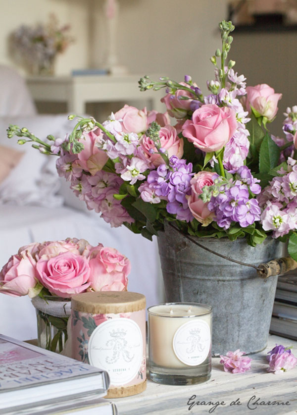 This tin bucket adds a bit of rustic charm to this bouquet of flowers | via http://grangedecharme.canalblog.com/archives/2013/06/22/27486505.html